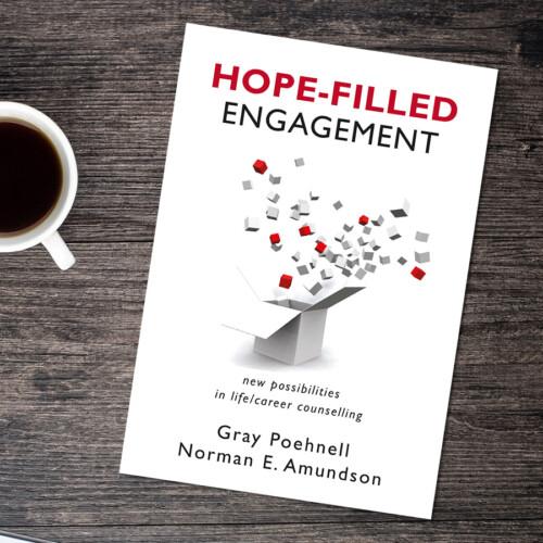 Boken Hope-filled Engagement på ett skrivbord