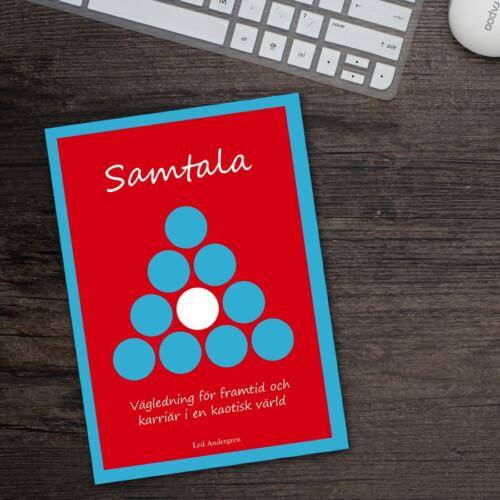 """Boken """"Samtala"""" på ett skrivbord"""