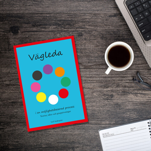 """Boken """"Vägleda"""" på ett skrivbord"""