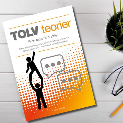 """Boken """"TOLV teorier"""" på ett skrivbord"""