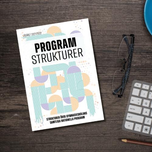 Programstrukturer-broschyren ligger på ett skrivbord